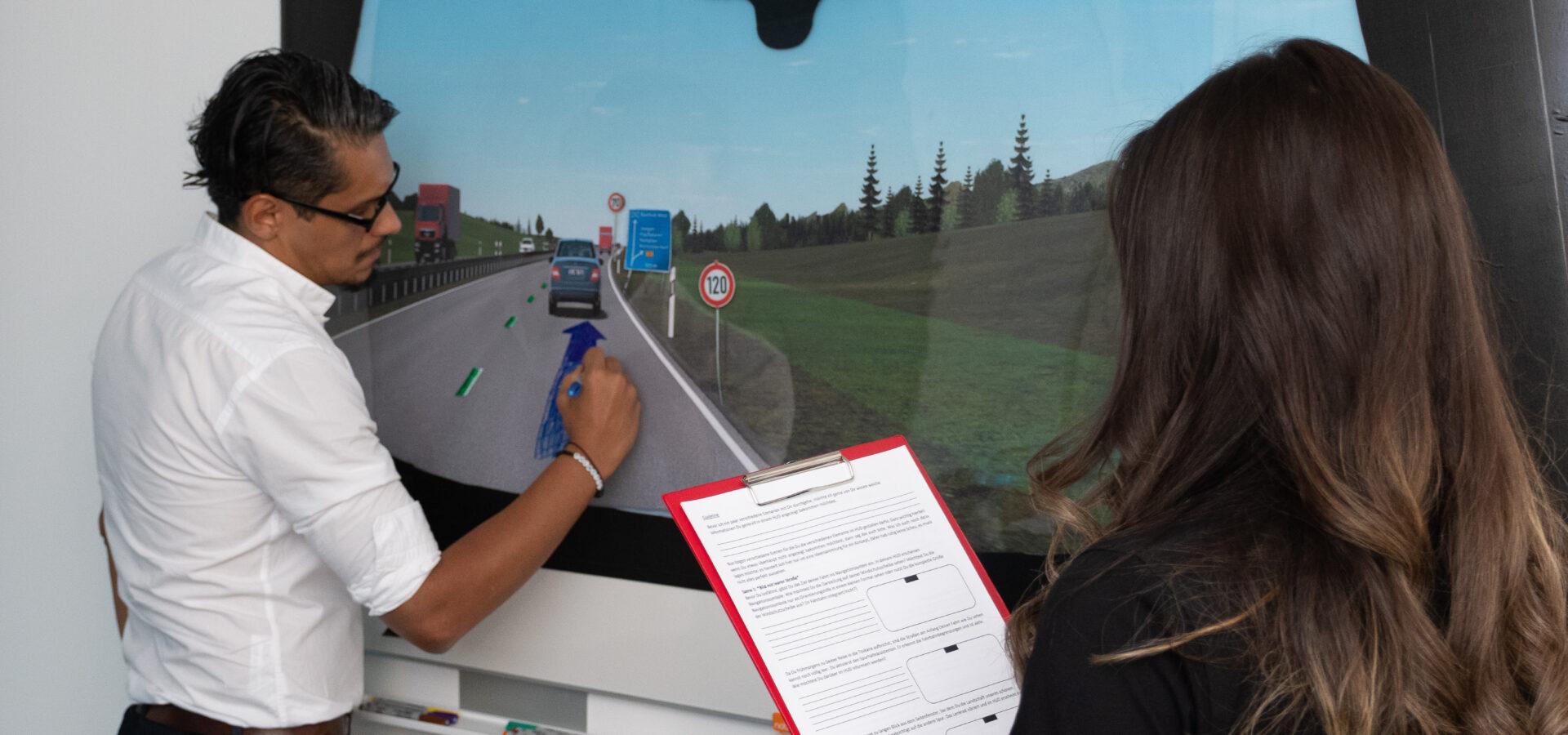 Proband gestaltet sein eigenes Head-up-Display im Rahmen der Design Thinking Studie